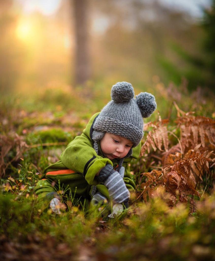 petit garçon forêt bonnet gris doudoune verte