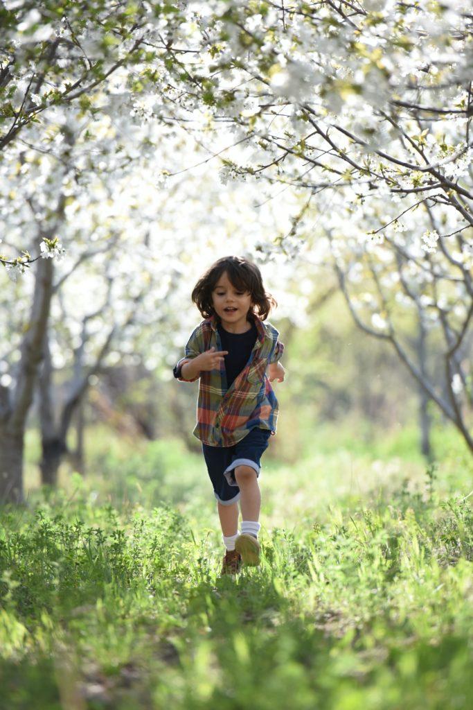 garçon court dans la forêt