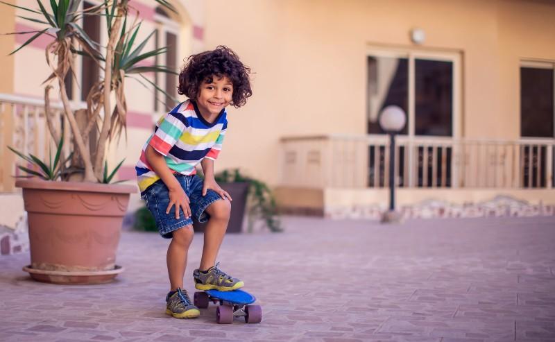 enfant qui fait du skateboard en basket garçon