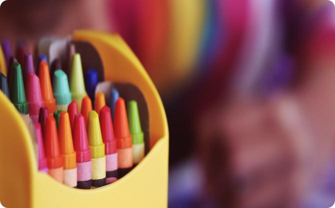 boite avec des outils pour le coloriage