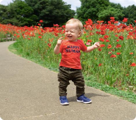 Bébé qui porte un tshirt rouge