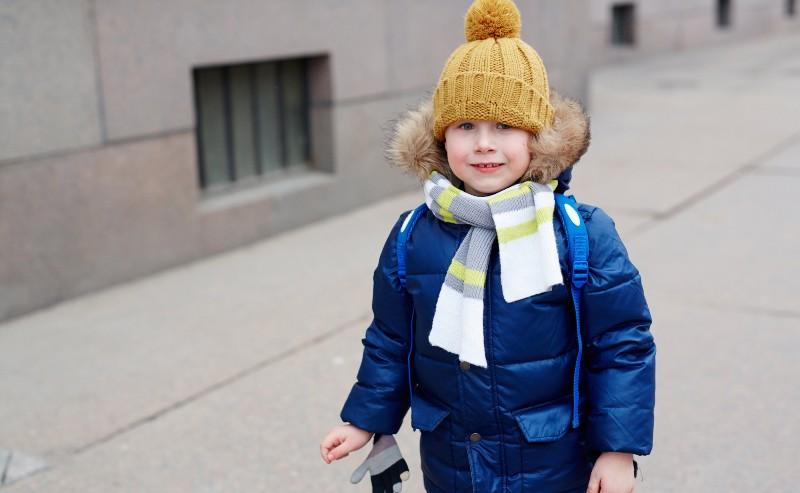 Un garçon habiller avec une doudoune garçon