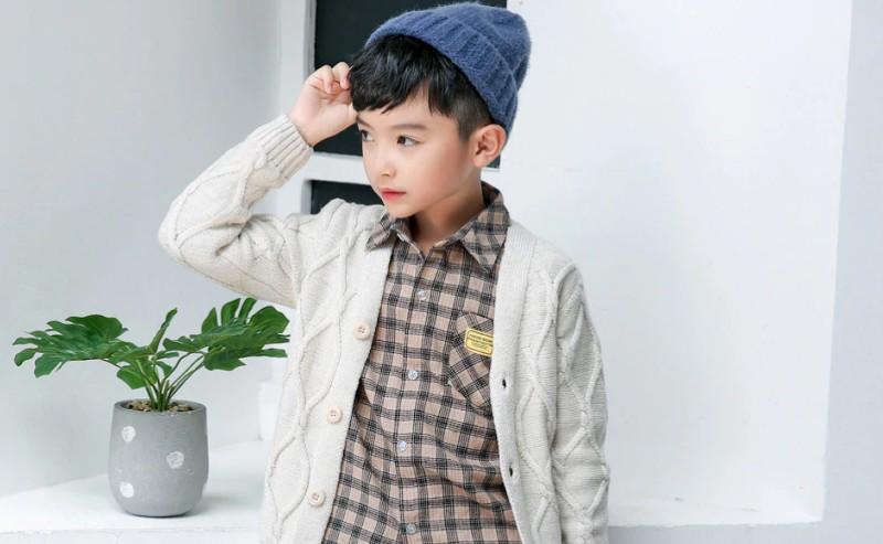 petit garçon habiller avec une chemise à carreaux et un gilet garçon
