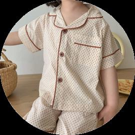 Enfant qui porte un pyjama beige