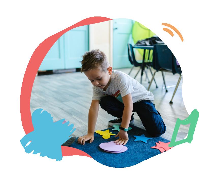 Enfant qui joue sur son tapis de jeux