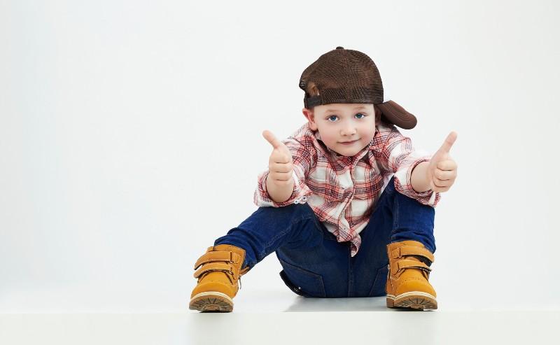 garçon qui porte un jean garçon une caquette et une chemise à carreaux