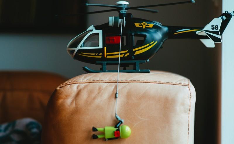 hélicoptère playmobil garçon, réalisant un sauvetage