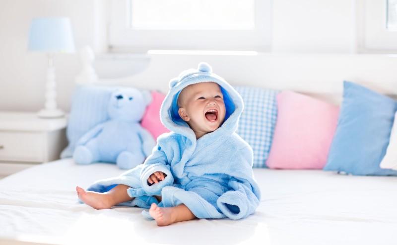 bébé enmitouflé dans une robe de chambre garçon bleue