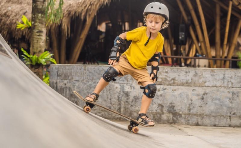 enfant qui fait du skateboard en sandale garçon