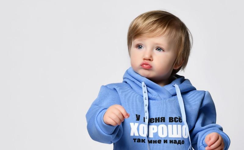 enfant portant un sweat garçon à capuche bleu lavande
