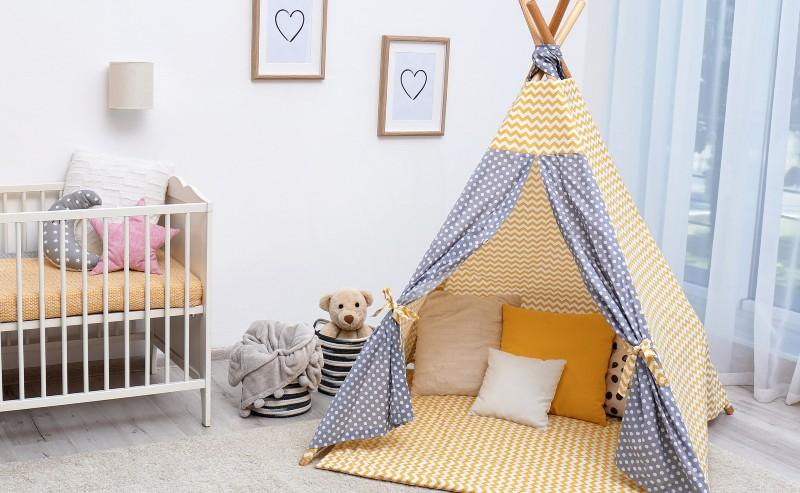 décoration chambre d'enfant avec un lit à barreaux et un tipi garçon