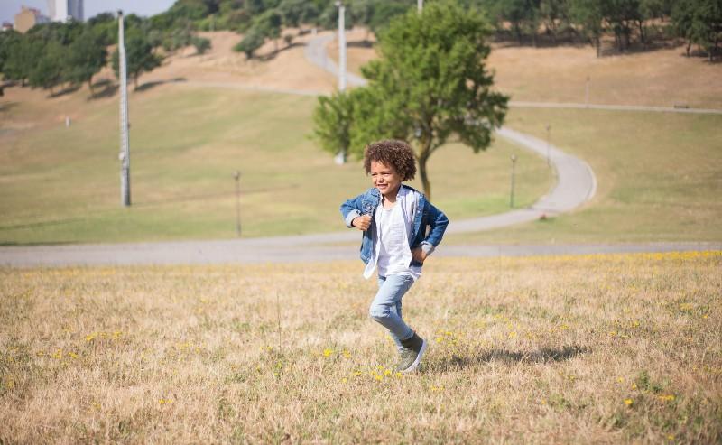 enfant courant dans un parc avec un veste garçon